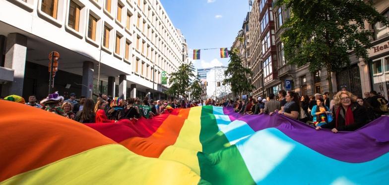 Ambiance aux couleurs arc-en-ciel dans les rues de Bruxelles | Focus ...